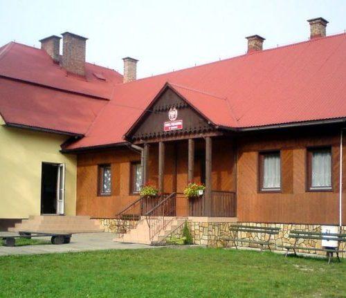Zdjęcie budynkus szkoły podstawowej w Kurów