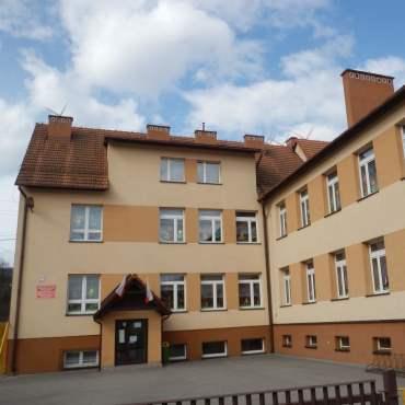 Zdjecie budynku szkoły w Ponikiew